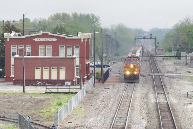 Marceline_Missouri_railroad_Walt_Disney_Hometown_Museum_BNSF_train_IMGP6207